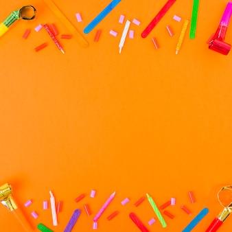 キャンドル、オレンジ色の背景にホーンや装飾品を吹き付けて装飾された上部と下部の境界線