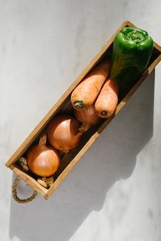 大理石の背景に新鮮な野菜のオーバーヘッドビュー