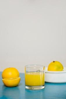 ガラス、甘いライムジュースのクローズアップ