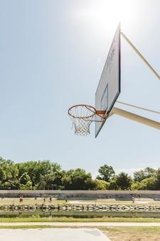 晴れた日にバスケットボールのフープのクローズアップ