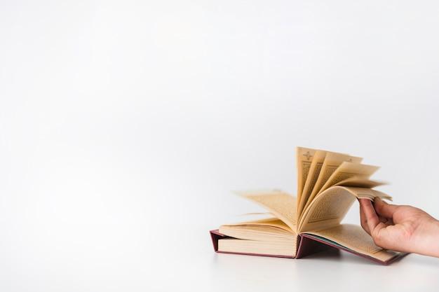 本のページをめくる手