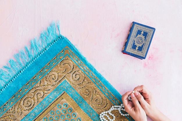 Руки молитвы с бисером