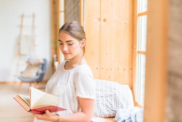 女性、クローズアップ、窓、読書、読書 | 無料の写真