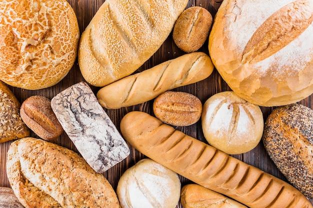 テーブル上の異なる新鮮な焼きたてのパン