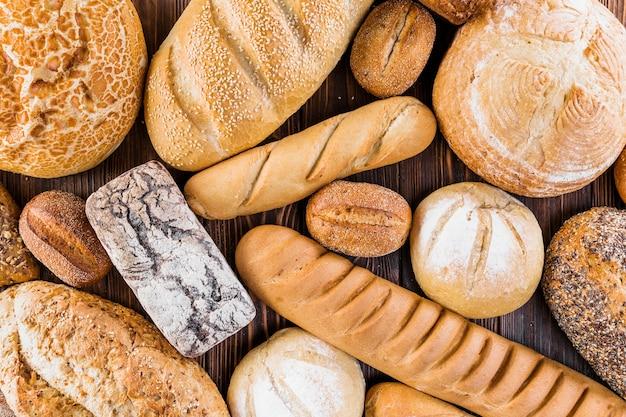 テーブルに焼きたての様々なパン