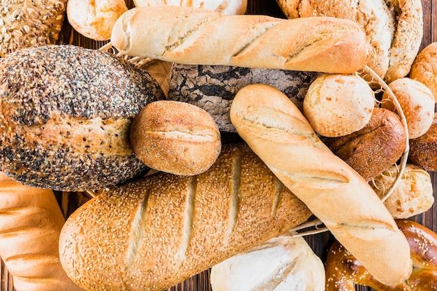 異なる種類の焼きたてのパンの品揃え