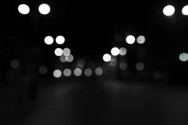黒い背景に白いボケのライト