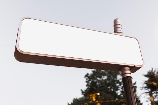 広告付きのブランクの広告掲示板の低い角度のビュー