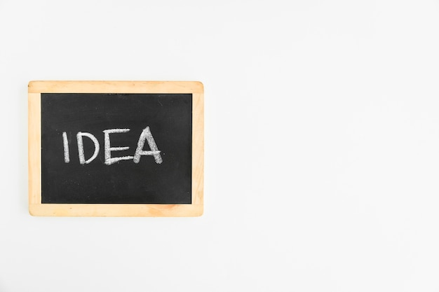 白い背景の上にスレートに書かれたアイデアテキスト