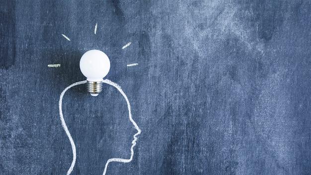 Белая лампочка над головой контурного лица на доске