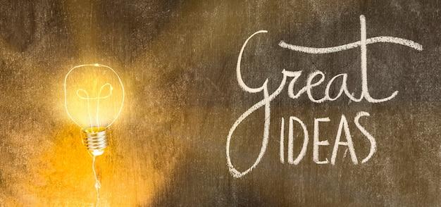 偉大なアイデアと照明電球は、黒板に書かれたテキスト
