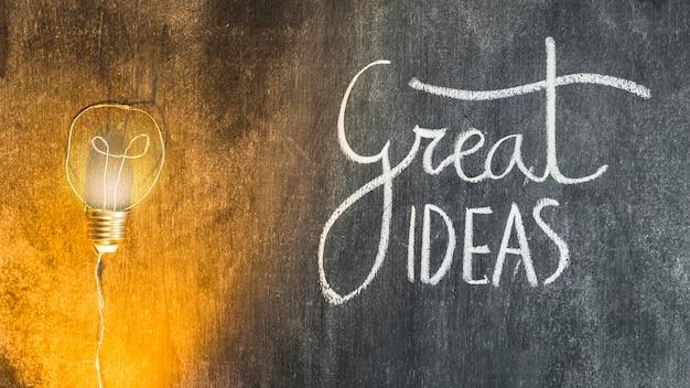 文字の照明付き電球、黒板に素晴らしいアイデア