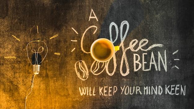 コーヒーカップで黒板に書かれたテキスト上の光