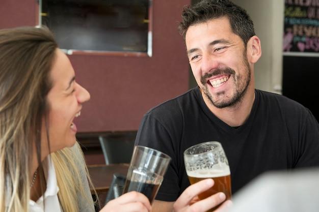 幸せなカップルは飲み物を楽しんで