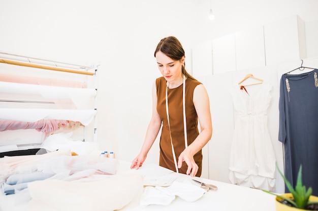 女性のデザイナー、織物の店で働く