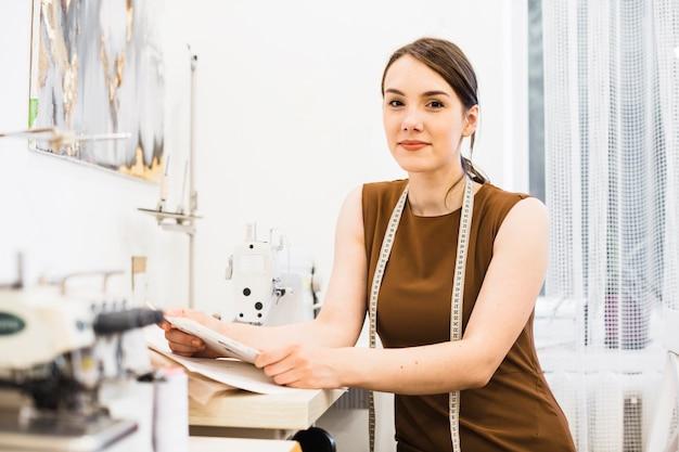 若い女性の裁縫の肖像