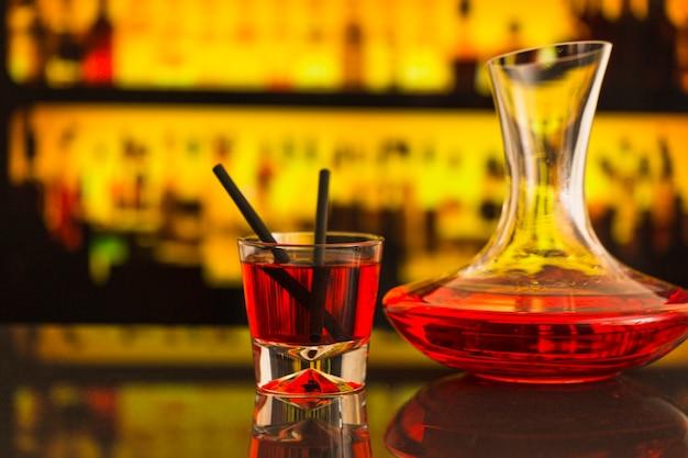 バーカウンターでのアルコール飲料のクローズアップ