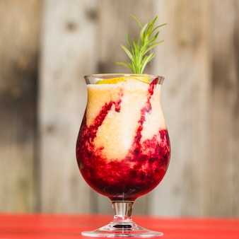 新鮮なフルーツジュースのクローズアップ