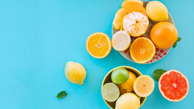青い背景にジューシーな柑橘類のオーバーヘッドビュー