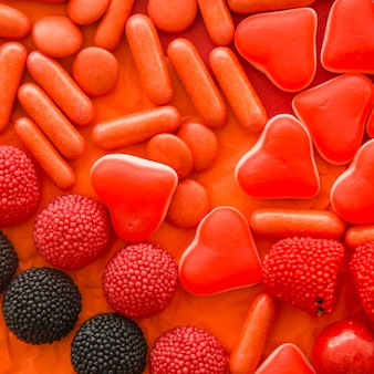 様々な甘いキャンディーのオーバーヘッドビュー