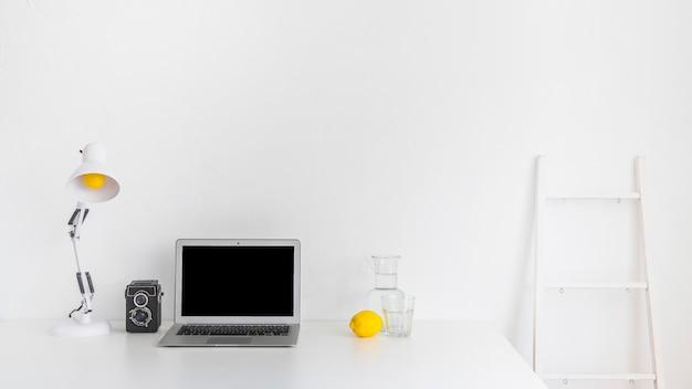 Современное рабочее пространство с желтыми деталями