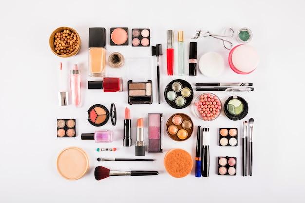 白い背景で隔離された様々な化粧品