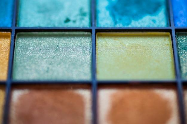 さまざまな色のアイシャドウのクローズアップ