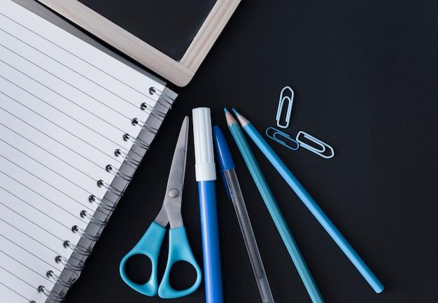 青い学校用品、黒板とノート