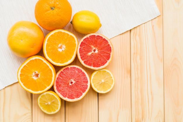 木製の背景に新鮮な柑橘類のオーバーヘッドビュー