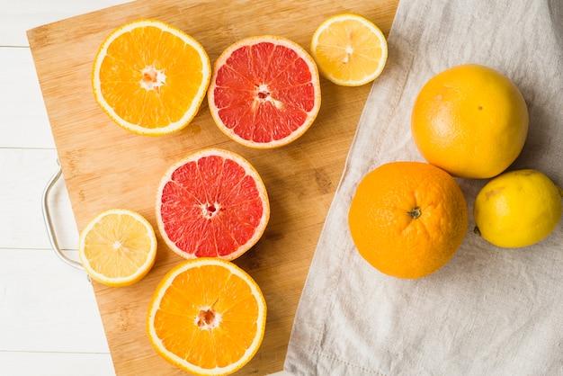 木製のまな板上の半分の柑橘類の高い角度の光景