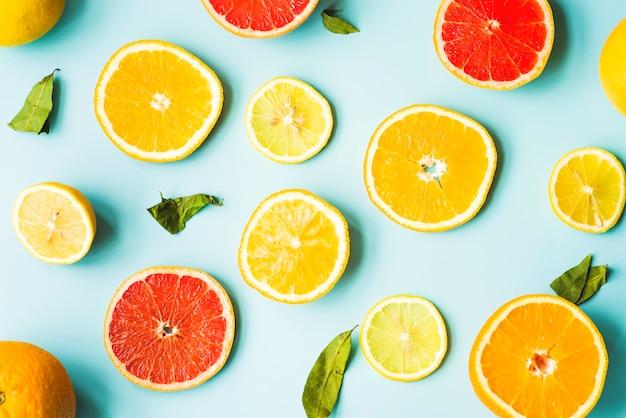 青い背景に柑橘類のスライスのオーバーヘッドビュー
