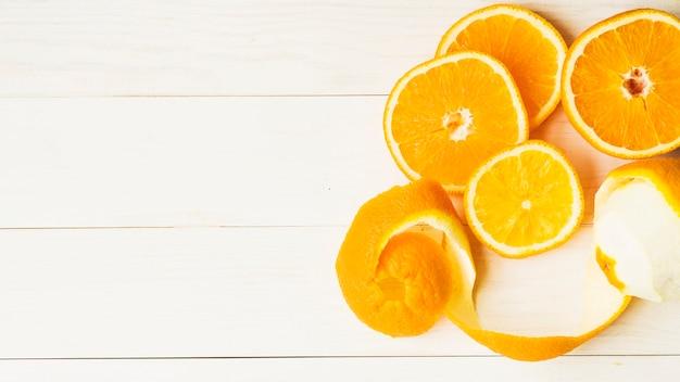 木製の背景にオレンジのスライス