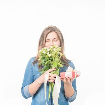 Портрет женщины с подарочной коробке пахнущие цветы на белом фоне