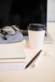 木製の机の上の文房具のクローズアップ