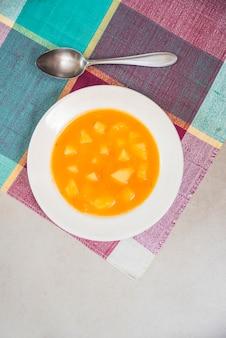 Вкусное пюре из тыквы на тарелке на салфетке