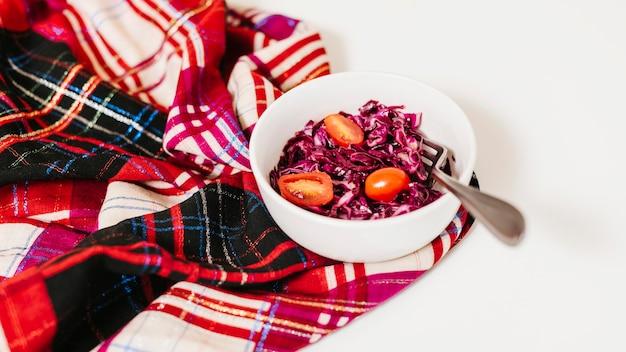 Красная капуста и помидоры в миске на столе
