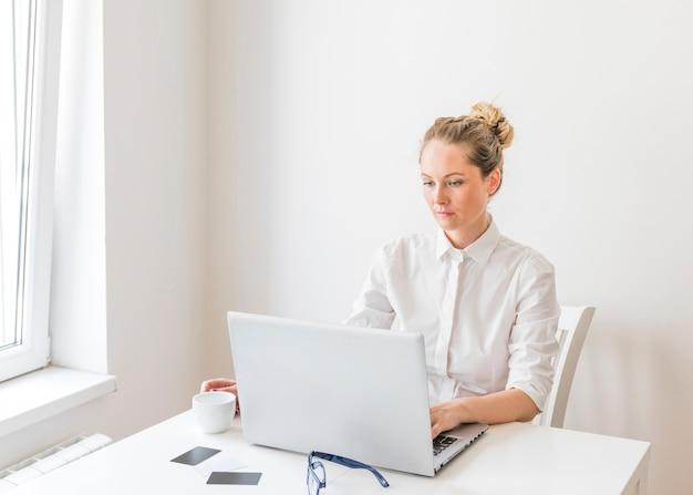 若い、美しい、実業家、ノートパソコン