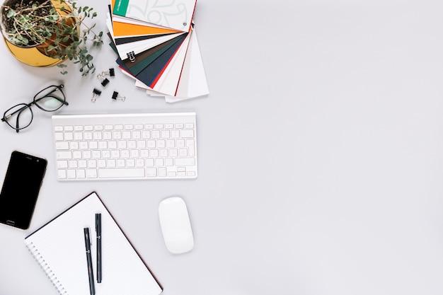 キーボード;モバイル;マウス、白背景の文房具