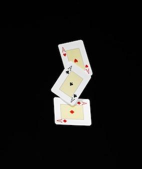 黒の背景でカードを演奏するエースのセット