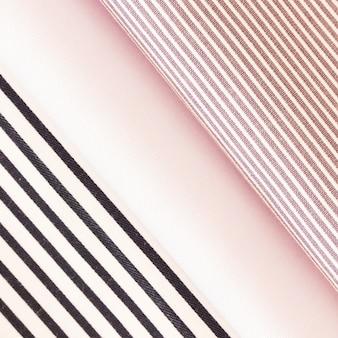 折り畳まれた黒とピンクのストライプの生地
