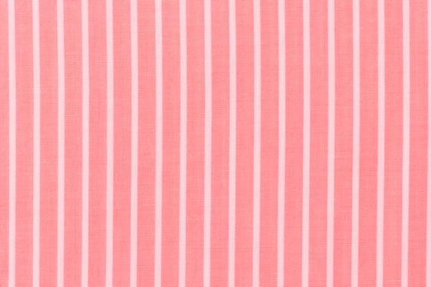 赤い織物の背景に抽象的な白い縞模様