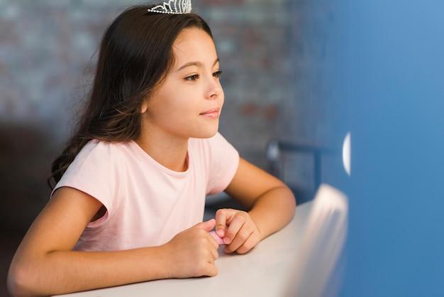 鏡の中を見る女の子の肖像