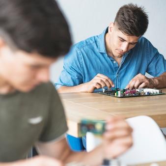 ハードウェア機器を固定している学生