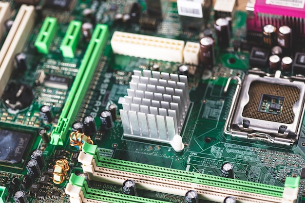 コンピュータコンポーネント上のメモリスロットおよびヒートシンクのオーバーヘッドビュー
