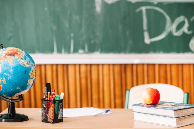 筆記用具を備えた教師用テーブル