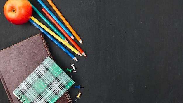 ノートブックの近くにある多彩な鉛筆