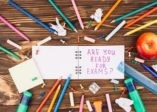 円の中に横たわる色鉛筆