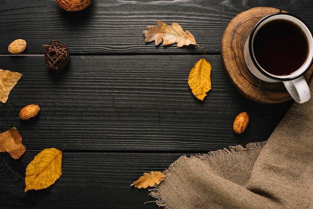 飲み物と秋のシンボルの構成