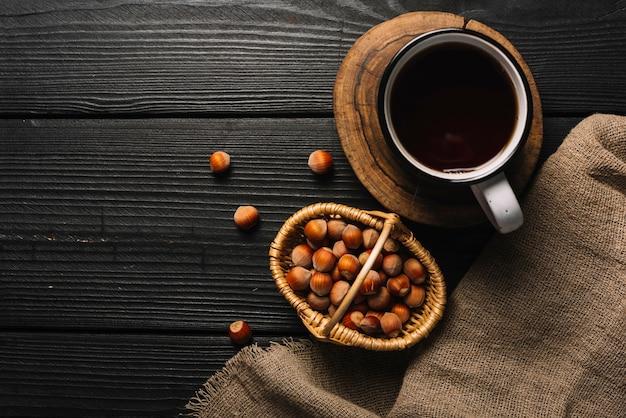 Орехи и пить возле ткани