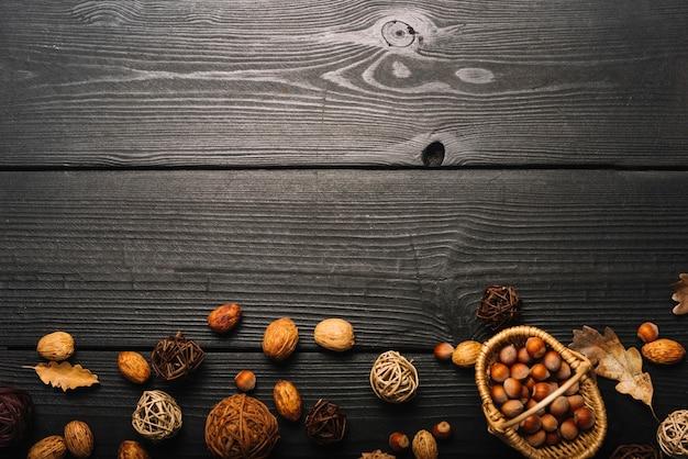 Декоративные шарики и орехи на столе